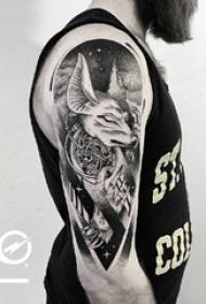 男生手臂上黑灰色鹿与星空纹身图片