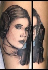女生手臂上黑灰色素描人物肖像纹身图片