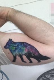 男生手臂上彩绘狼与星空纹身图片
