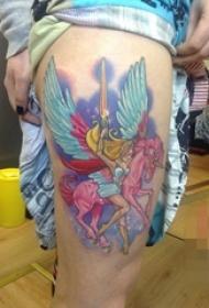 女生大腿上彩绘独角兽纹身图片