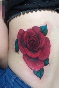 女生腰上彩绘红玫瑰纹身图片