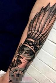 女生手臂上黑灰植物素材点刺技巧印第安人纹身图片