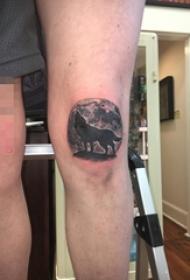 男生膝盖上黑灰色狼与圆月纹身图片