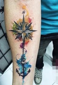 男生手臂上黑灰素描指南针和船锚泼墨纹身图片