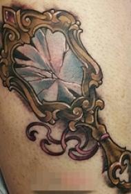 男生腿上彩绘镜子纹身图片