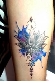 男生手臂上彩绘莲花纹身图片