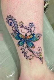 女生手臂上彩绘水彩创意花纹文艺小清新蝴蝶纹身图片