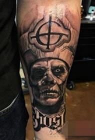 男生手臂上黑灰点刺技巧人物肖像纹身图片