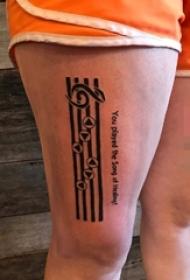 女生大腿上黑色线条五线谱音符纹身图片