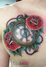 男生胸上彩绘技巧指南针与花朵纹身图片