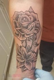 男生手臂上黑色点刺技巧花朵纹身图片