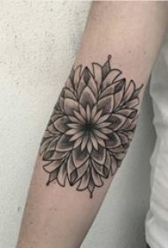 女生手臂上黑色素描创意花朵纹身图片