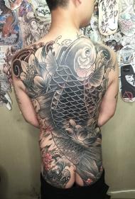 男性满背鲤鱼与莲花纹身图案