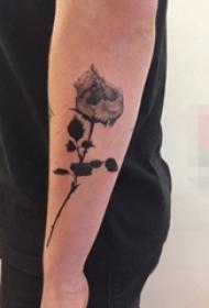 男生手臂上黑色点刺技巧植物素材花朵纹身图片