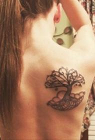 女生背部黑色植物抽象线条生命树纹身图片