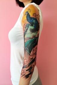 手臂独立而傲视的孔雀彩绘纹身图案