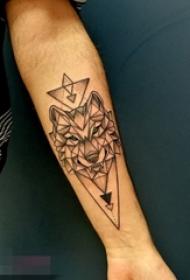 女生手臂上黑色线条几何元素狗纹身图片