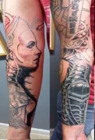 男生手臂上彩绘流畅线条人物肖像纹身图片