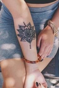 多款女生手臂上黑色素描创意花纹纹身图案