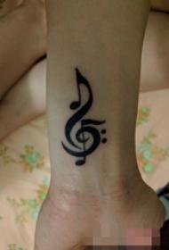 女生手腕上黑色简约线条音符纹身图片
