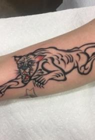 男生手臂上黑色线条创意老虎纹身图片
