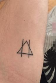 女生大腿上黑色线条几何元素纹身图片