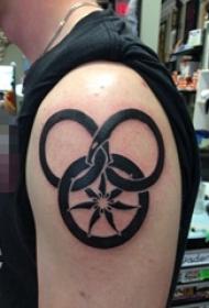 男生手臂上黑色几何花朵和蛇纹身图片