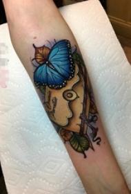 女生手臂上彩绘蝴蝶与信封纹身图片
