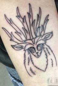 女生手臂上黑色线条清新鹿纹身图片