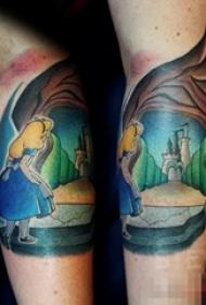 女生小腿上彩绘人物肖像爱丽丝梦游仙境纹身图片