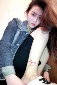 美女脚踝红色英文字母纹身图案