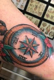 男生手臂上彩绘指南针纹身图片