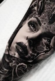 男生手臂上黑灰色花臂唯美人物肖像纹身图片