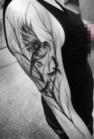 女生手臂上黑色素描创意树枝和小鸟纹身图片