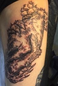 男生大腿上黑色几何元素抽象线条手部纹身图片