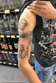男生手臂上黑灰点刺技巧女性人物肖像纹身图片