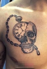男生胸上黑白灰色怀表与骷髅头纹身图片