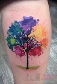 女生小腿上彩绘水彩七彩泼墨树纹身图片