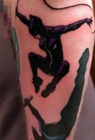 男生腿上彩绘个性蝙蝠侠动画纹身图片