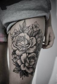 女生大腿上黑色素描创意花朵纹身图片