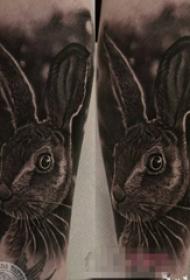 女生大腿上黑灰素描超写实3d兔子纹身图片