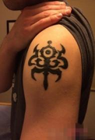 男生手臂上黑色创意图腾纹身图片