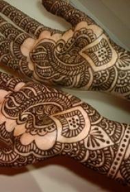 女生手部黑色抽象线条部落花朵纹身图片