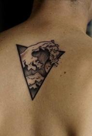 男生后背上黑色点刺几何抽象线条海浪纹身图片