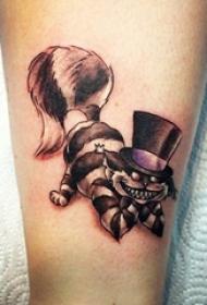 男生小腿上黑灰点刺线条卡通笑面猫纹身图片
