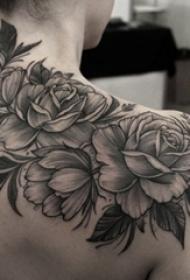 女生肩膀上黑灰素描创意唯美玫瑰纹身图片