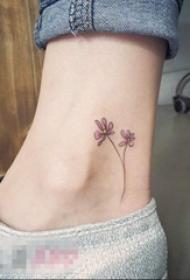 女生脚踝上彩绘唯美清新花朵纹身图片