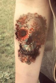 女生手臂上彩绘唯美花朵与创意骷髅纹身图片