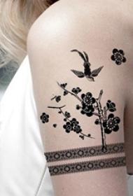 女生手臂上黑色几何线条植物文艺花朵和小鸟纹身图片