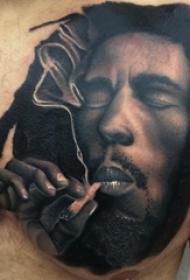 男生胸部黑色点刺人物肖像和烟雾纹身图片